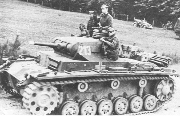 Panzer III Ausf. G: con mayor blindaje en el mantelete del cañón. Armado con un cañón de 50 mm L/42. Se fabricaron 600 unidades en 1940 y 1941