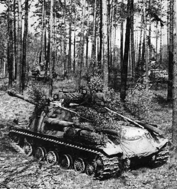 Carros pesados Soviéticos IS-2, del 1 Frente Ucraniano se camuflan en un bosque en los alrededores de Berlín, Abril de 1945.