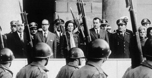 El presidente Juan María Bordaberry encabeza un golpe de estado cívico militar