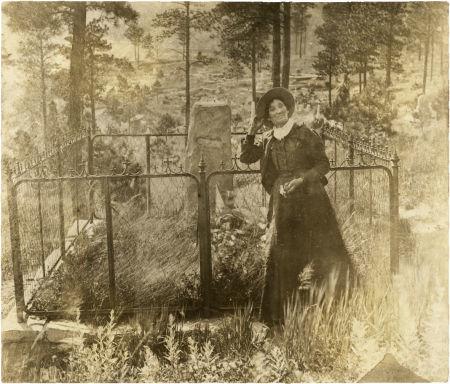 Fotografía de Calamity Jane junto a la tumba de Wild Bill Hickok en Deadwood, el mismo lugar donde ella sería enterrada en 1903 a petición propia.