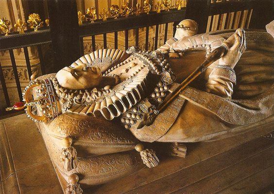Tumba de Isabel I, curiosamente Isabel y María I de Inglaterra se encuentran enterradas una al lado de la otra