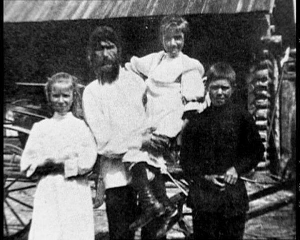 Rasputín se casó con Praskovia Fiódorovna Dubrovina, una joven tres años mayor que él, con la que tuvo tres hijos: Dmitri, Varvara y María.