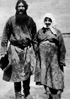 Rasputin y su mujer Praskovia en Pokrovskoye, Siberia