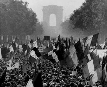 el-mayo-frances-del-68-banderas-paris