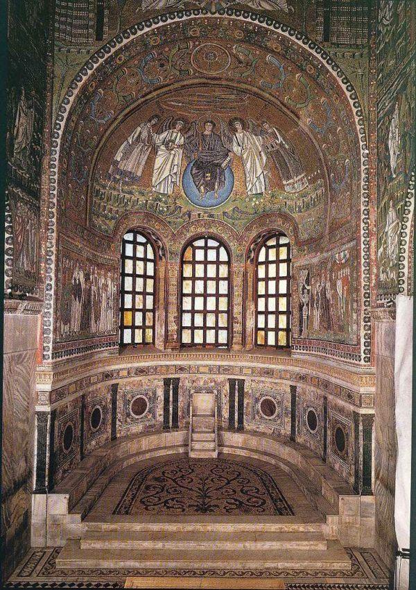 Presbiterio de la iglesia de San Vital de Rávena. En el muro izquierdo puede observarse el cortejo de Justiniano.