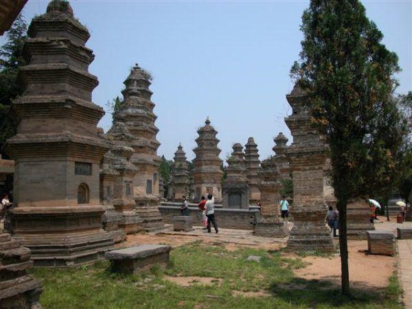 La pagoda Yugong erigida en 1324 durante la dinastía Yuan y la pagoda Zhaogong construida durante la dinastía Ming
