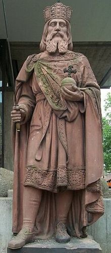 imperio-carolingio-la-historia-carlomagno-estatua