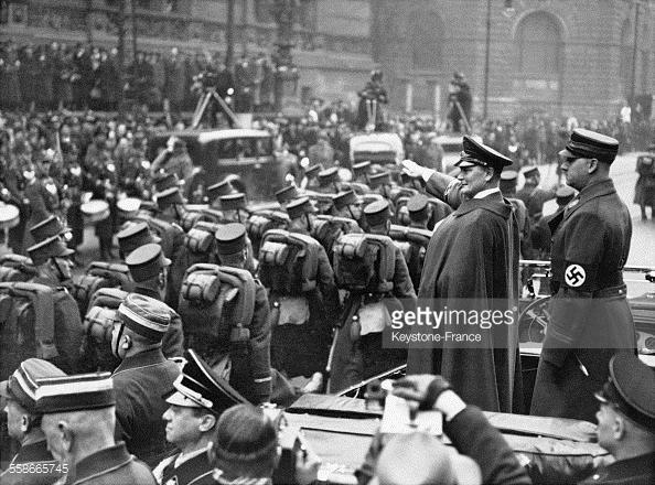 Hermann Goering y Viktor Lutze saludan a los soldados