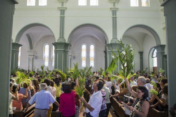 domingo-de-ramos-iglesia-palmas-istock