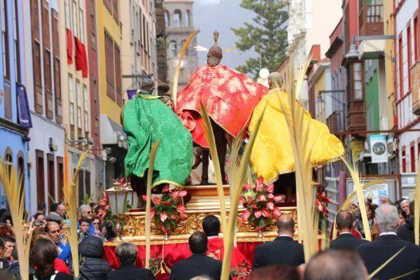 domingo-de-ramos-procesion-palmas-istock