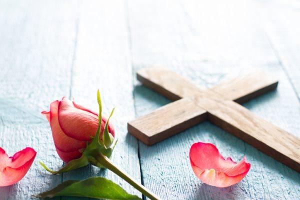 la-pascua-crucifijo-rosa-istock