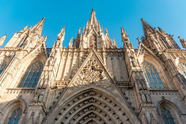 repaso-historia-2o-eso-temario-catedral-barcelona-istock