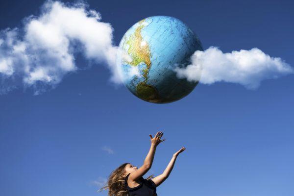 argumentos-terraplanistas-tierra-flotando-y-nina-istock