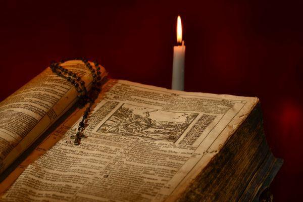 humanismo-caracteristicas-representantes-libro-antiguo-y-vela-istock