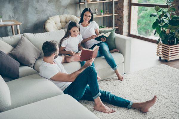 Familia compartiendo libros