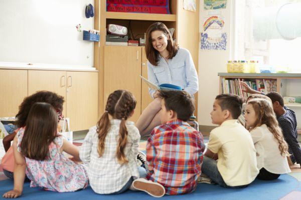 Lectura de profesora con alumnos