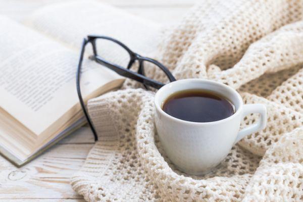 Libro, gafas y café