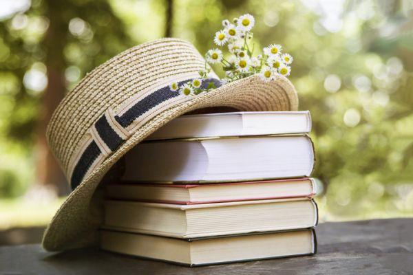 Libros, sombrero y flores