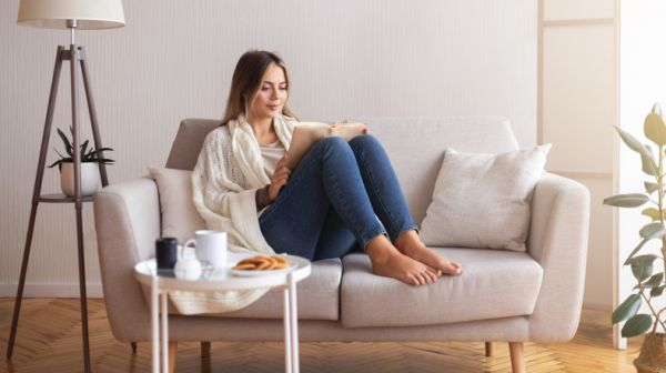 Mujer leyendo en el sofa