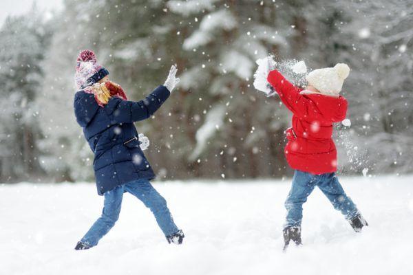 Cuando es semana blanca ninos en la nieve jugando