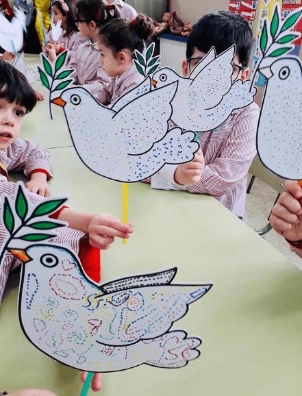 El origen Día Escolar de la Paz y la No Violencia 2021 paloma con rama de olivo