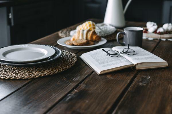Libro sobre la mesa comedor