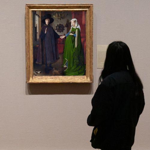 Joven mirando cuadro El matrimonio Arnolfini
