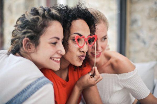 Día de la Amistad: cuándo es, por qué se celebra y cuál es su origen amigas universidad