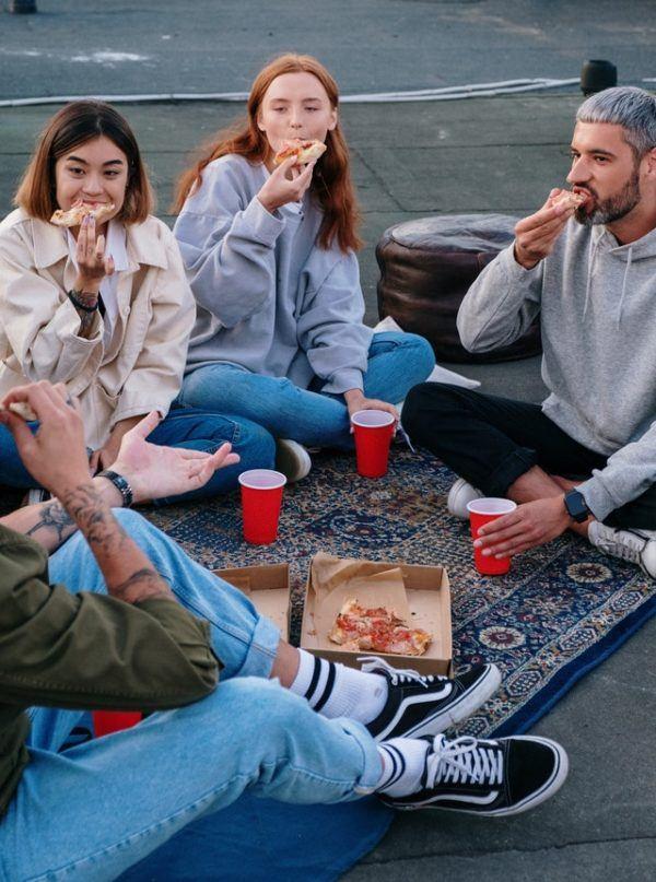 Día de la Amistad: cuándo es, por qué se celebra y cuál es su origen amigos pizza