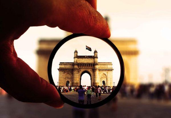 Bandera India mirando con lupa