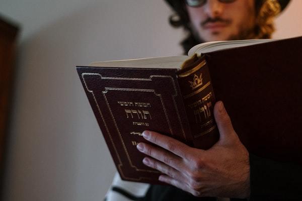 Judío leyendo la Torá