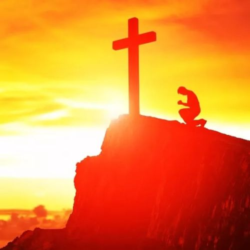 Rezando ante cruz