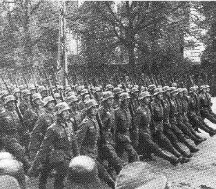 El ejército alemán entra en Varsovia (6 de octubre de 1939)  luego de conquistar polonia001