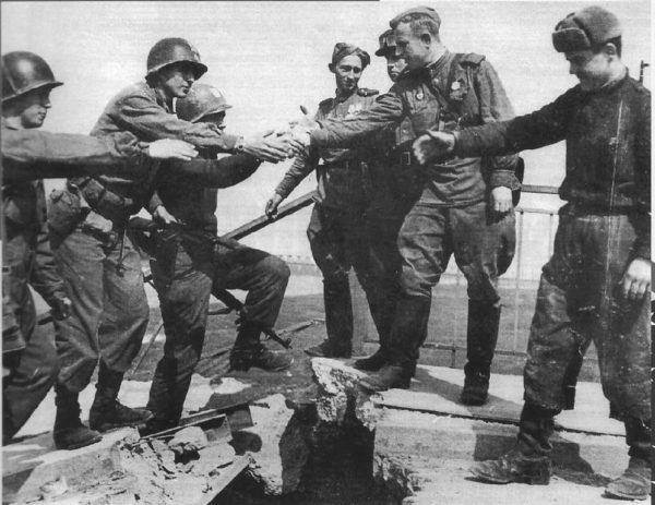 El Teniente Robertson con el tambien Teniente Alexander Sylvashko del ejército soviético, sobre el río Elba