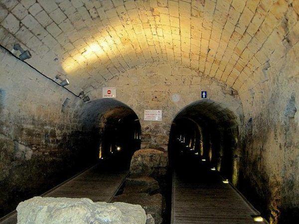 El Túnel, que se descubrió a finales del siglo XX tenía unos 350 metros de largo y conectaba, por el subsuelo de la ciudad vieja de San Juan de Acre, la fortaleza templaria hasta el puerto de la ciudad.