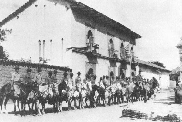 Caballería de marines en la ciudad de Ocotal en 1927