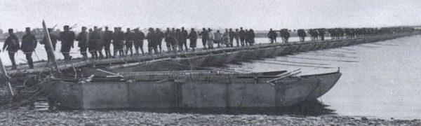 Tropas japonesas atravesando el Rio Yalú