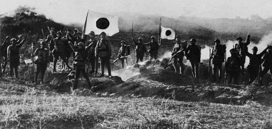 Soldados japoneses en Manchuria agitando banderas patrióticas que decidieron combatir a los rusos hasta el final.