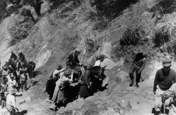 El Dalai Lama del Tíbet después de escapar de la invasión china del Tíbet marzo 1959