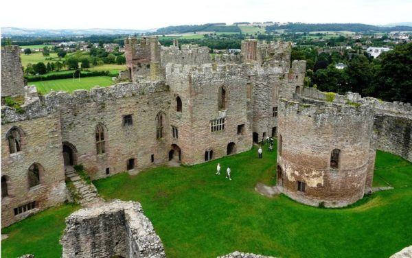El castillo de Ludlow es una antigua fortaleza medieval ubicada en la zona de Ludlow, Shropshire, Inglaterra