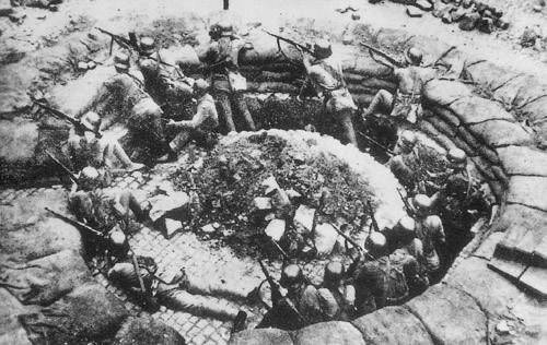 Soldados chinos combatiendo a los Japoneses en Shanghai. 1937