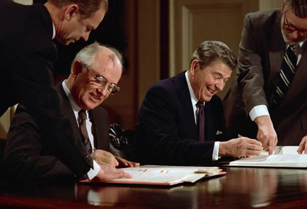 gorbachev-and-reagan-signing-pact