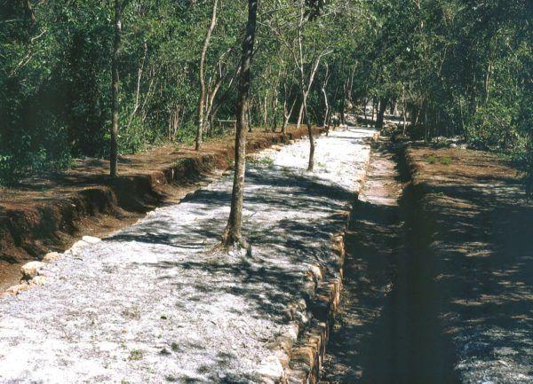 """Sacbé en Chichén Itzá entre el Temple """"Osario"""" y el Templo Xtoloc."""