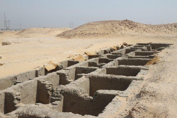Las tumbas de la dinastía en la localidad de Abidos eran simples enterramientos en forma de agrupaciones de cistas de muros de piedra y adobe