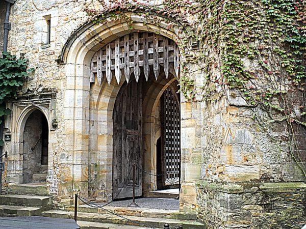 el-feudalismo-en-la-edad-media-castillo-rastrillo