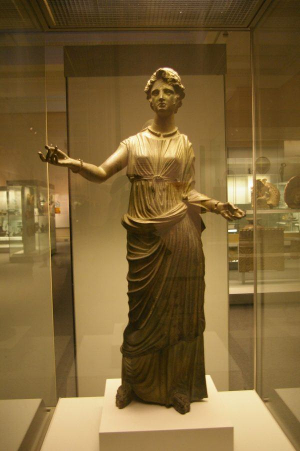 La mujer etrusca, al contrario de la griega o de la romana, no era marginada de la vida social, sino que participaba activamente