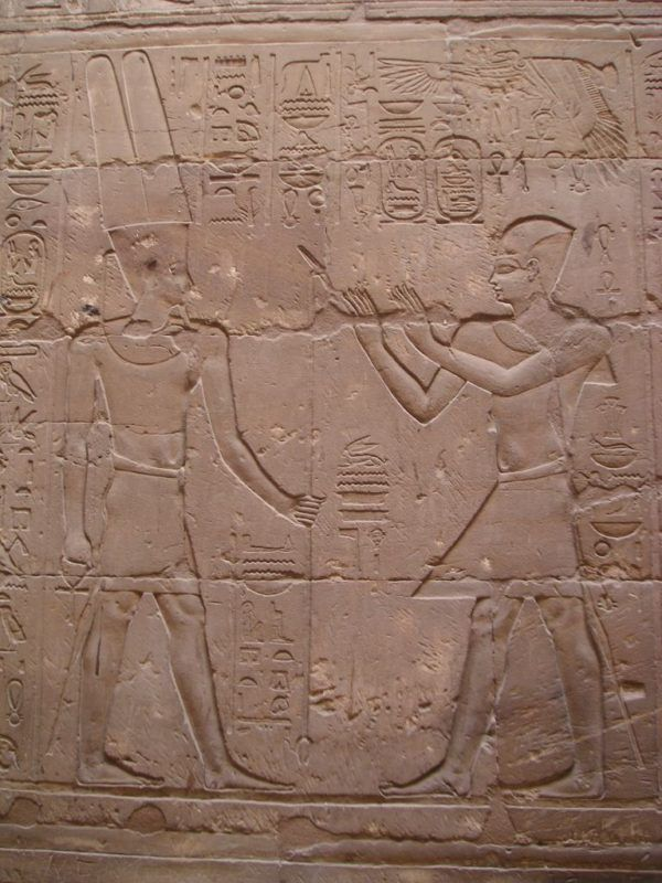 Relieve de Alejandro como faraón de Egipto ante Amón-Ra, templo de Luxor.
