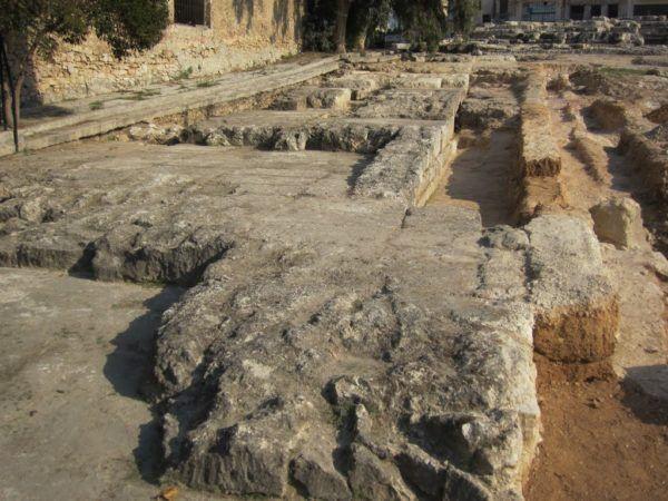 Restos de los Muros Largos a su paso por el Pireo