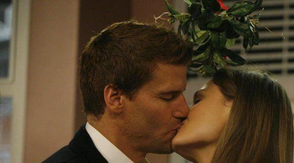 muerdago-navidad-significado-del-beso-pareja-cine