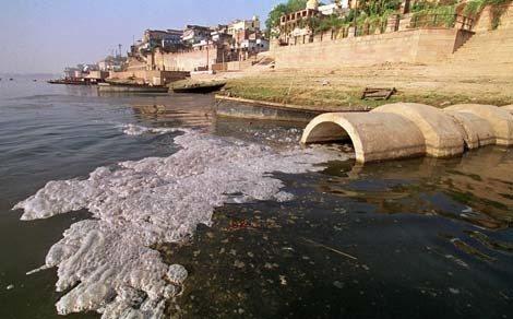 COntaminacion. Residuos industriales que desembocan en el rio Ganges. Polucion. Horizontal